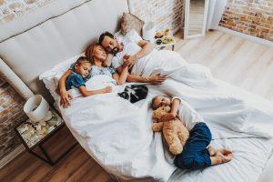 Une famille avec leur chat