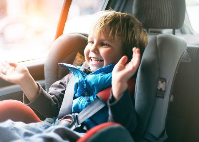 un enfant dans sa voiture