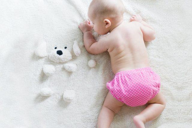 Vous avez un bébé depuis peu et ne savez pas quelle couche est la meilleure pour lui ? Le choix entre les couches jetables et lavables s'avère compliqué, d'autant plus qu'émerge maintenant un nouveau type de couche : l'écologique. Trois choix possibles. Comment choisir la couche de son bébé pour qu'il soit à l'aise dedans, que sa santé soit préservée et que ce soit le plus économique possible pour vous ? Nous allons vous parler des principaux composants à éviter et des abonnements en ligne, très utiles aujourd'hui. Différences entre la couche jetable et lavable Certaines différences sont connues entre ces deux types de couches, mais il est important d'en prendre vraiment conscience pour faire son choix comme il faut. Le confort de votre bébé sera sensiblement le même ; les différences concernent les parents. Les couches jetables sont plus simples à utiliser. Après un usage, elles vont à la poubelle. Il n'y a aucune manipulation complexe à faire. C'est pratique pendant les voyages si vous n'avez pas de quoi laver la couche. Les couches lavables sont beaucoup plus économiques puisqu'il suffit d'en n'avoir que quelques exemplaires, mais elles prennent du temps car il faut les nettoyer et les sécher. Cela peut provoquer des moments de doute chez les parents : que faire si bébé a besoin de sa couche mais qu'elle n'est pas complètement sèche ? Dans cette situation, il est vrai que la couche ne sera peut-être pas confortable pour l'enfant mais seulement pendant quelques minutes. De plus, la couche mouillée ne rendra pas l'enfant malade. Les dangers des couches jetables Si les couches jetables sont beaucoup plus populaires que leurs cousines, elles sont aussi plus dangereuses, à la fois pour l'environnement et pour le bébé. Les couches jetables et la santé Une étude réalisée en 2018 sur plusieurs marques de couches jetables a analysé les composants de ces produits et en a conclu qu'elles étaient potentiellement cancérigènes. Leur taux est très faible, mais les bébés portent